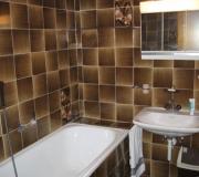 Badkamer 2 met bad en douchekop